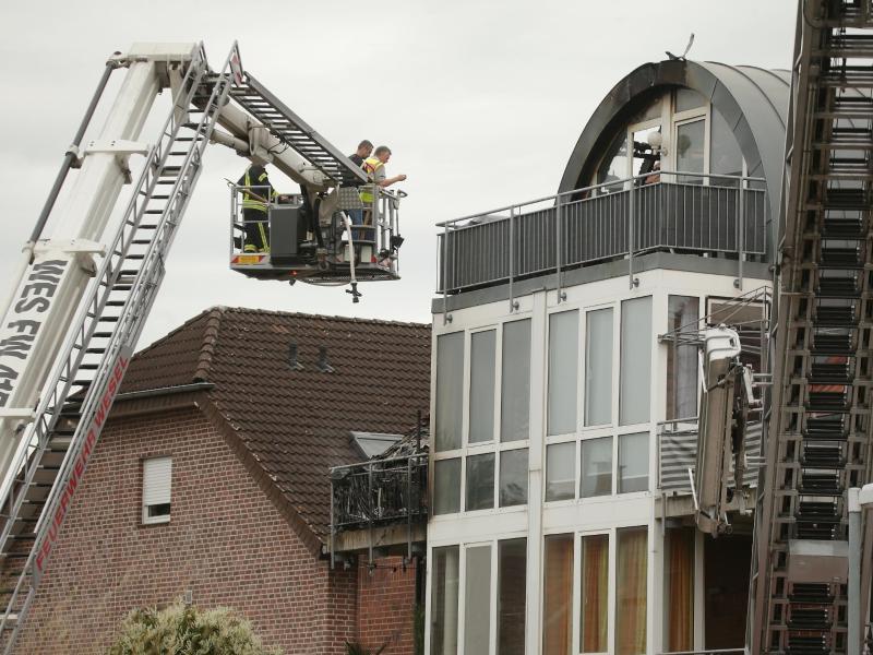 Bei dem Absturz auf das Mehrfamilienhaus sind drei Menschen gestorben. Foto: David Young/dpa