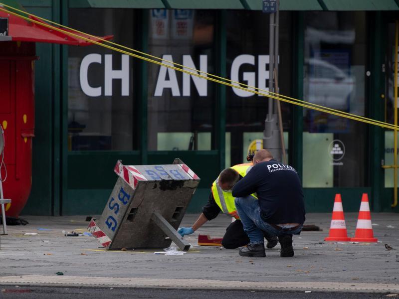 Unfallexperten der Polizei sichern nach dem Unfall am Bahnhof Zoo Spuren. Foto: Paul Zinken/dpa-zb-zentralbild/dpa