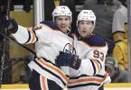 Leon Draisaitl (l) will mit den Edmonton Oilers den Stanley Cup gewinnen. Foto: Mark Humphrey/AP/dpa