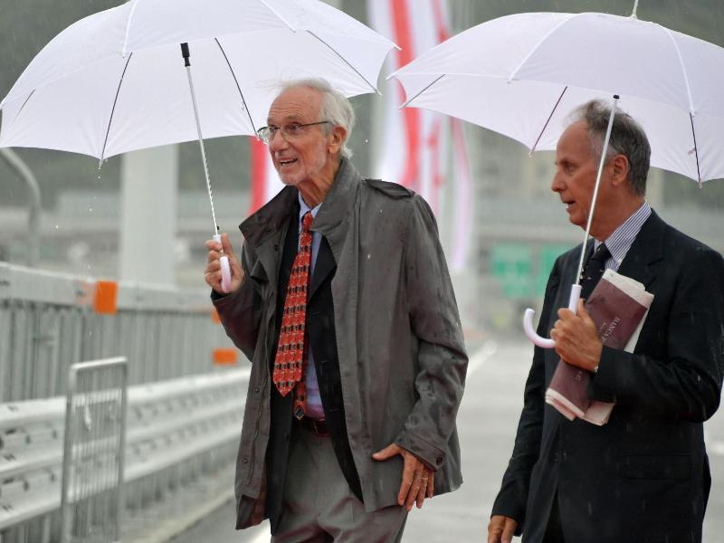 Stararchitekt Renzo Piano (l) entwarf die neue Brücke. Foto: Gian Mattia D'Alberto/LaPresse/AP/dpa