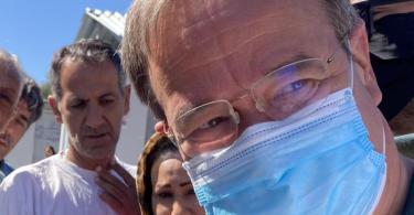 NRW-Ministerpräsident Armin Laschet, hier im Lager Kara Tepe, hat einen Besuch im Moria-Camp aus Sicherheitsgründen abgebrochen. Foto: Dorothea Hülsmeier/dpa