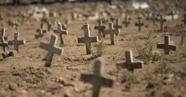 Kreuze für Opfer der Corona-Pandemie auf einem Friedhof in Rio de Janeiro. Foto: Silvia Izquierdo/AP/dpa