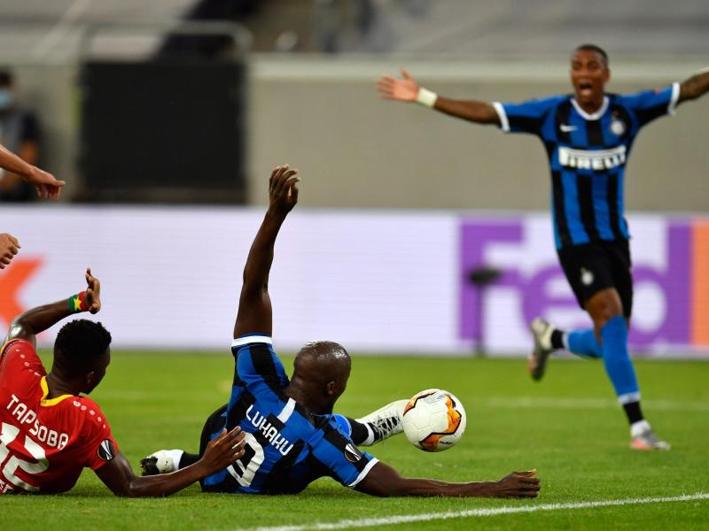 Inter-Starstürmer Romelu Lukaku (M.) erzielte das 2:0 im Liegen. Foto: Marius Becker/dpa