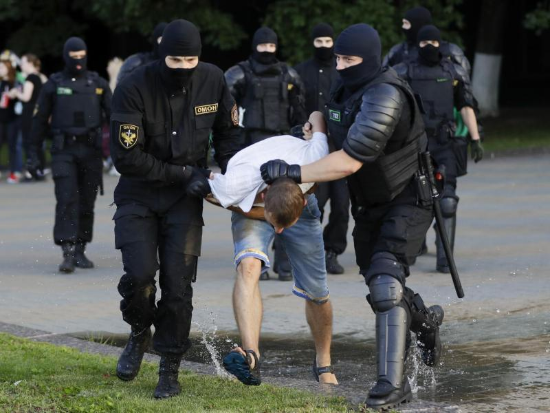 Die Polizei verhaftet einen Demonstranten während eines Massenprotests in Minsk. Foto: Sergei Grits/AP/dpa