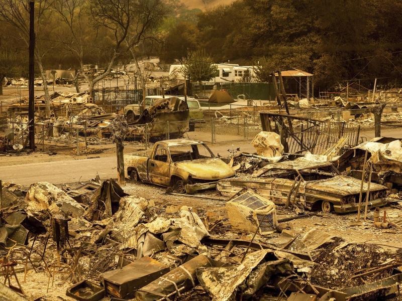 Die Waldbrände haben Tausende Menschen aus ihren Häusern getrieben. Hier eine ausgebrannte Siedlung bei Napa County. Foto: Noah Berger/AP/dpa