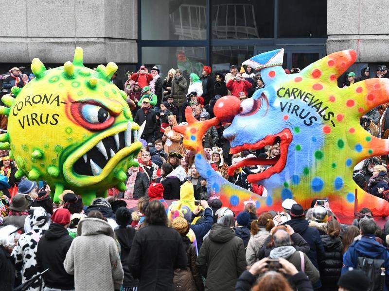 Ein Motivwagen zum Coronavirus zieht im Februar dieses Jahres beim Rosenmontagszug in Düsseldorf über die Strecke. Foto: Federico Gambarini/dpa