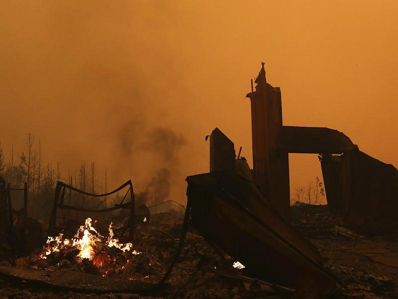 Nur noch die Grundmauern stehen von diesem durch die Flammen zerstörten Haus in den Santa Cruz Mountains. Foto: Shmuel Thler/The Santa Cruz Sentinel/dpa
