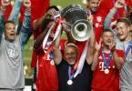 Bayerns Cheftrainer Hansi Flick feiert mit denSpielern des FC Bayern München. Foto: Matthew Childs/Pool Reuters/AP/dpa