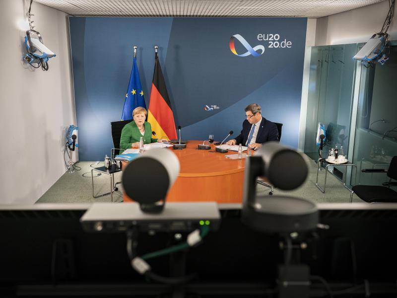 Bundeskanzlerin Angela Merkel (l) und Markus Söder bei der Videokonferenz mit Länderregierungschefs. Foto: Steffen Kugler/Bundesregierung/dpa