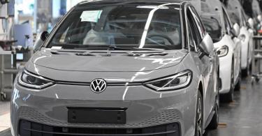Fast fertige ID.3 laufen im VW-Werk in Zwickau durch die Endmontage. Heute startet die Auslieferung. Foto: Hendrik Schmidt/dpa-Zentralbild/POOL/dpa