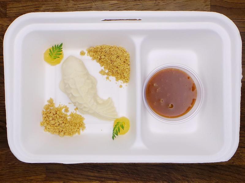 Das Restaurant Tim Raue bietet auch Nachtisch per Lieferung an - wie hier den Cheesecake mit der Zitrusfrucht Yuzu. Foto: Restaurant Tim Raue/dpa-tmn
