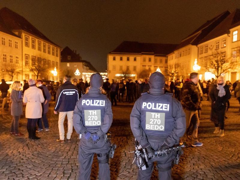 Menschen versammeln sich und protestieren gegen die neuen Infektionsschutzregeln im Corona-Hotspot-Landkreis Hildburghausen. Foto: Steffen Ittig/NEWS5/dpa
