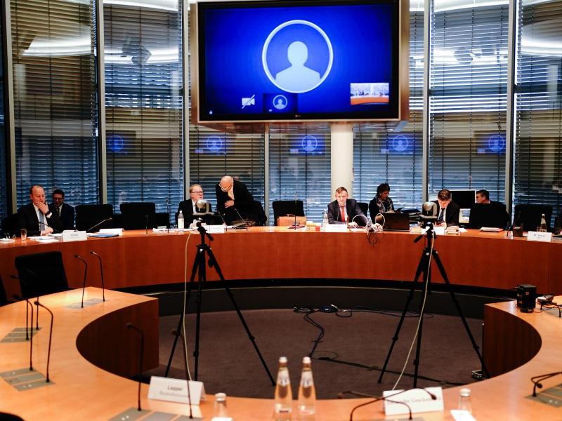 Teilnehmer kommen zur Sitzung des Bundestags-Untersuchungsausschusses zum Bilanzskandal Wirecard zusammen. Foto: Kay Nietfeld/dpa