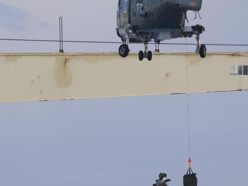 Das Handout der Bundeswehr zeigt das Boardingteam der Fregatte 'Hamburg', das sich von einem Hubschrauber auf das türkische Frachtschiff 'Roseline A' abseilt. Foto: Bundeswehr/dpa