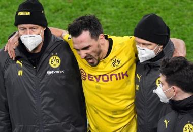 BVB-Abwehrchef Mats Hummels konnte den Platz in Dortmund nur gestützt verlassen. Foto: Bernd Thissen/dpa-Pool/dpa