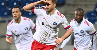 HSV-Stürmer Simon Terodde (M) bejubelt seinen Treffer zum 2:1-Sieg. Rechts hinter ihm Teamkamerad David Kinsombi und links Jan Gyamerah. Foto: Uli Deck/dpa