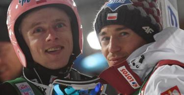 Dürfen nun wohl doch beim Vierschanzentournee-Auftakt mitspringen: Dawid Kubacki (l) und Kamil Stoch. Foto: Angelika Warmuth/dpa