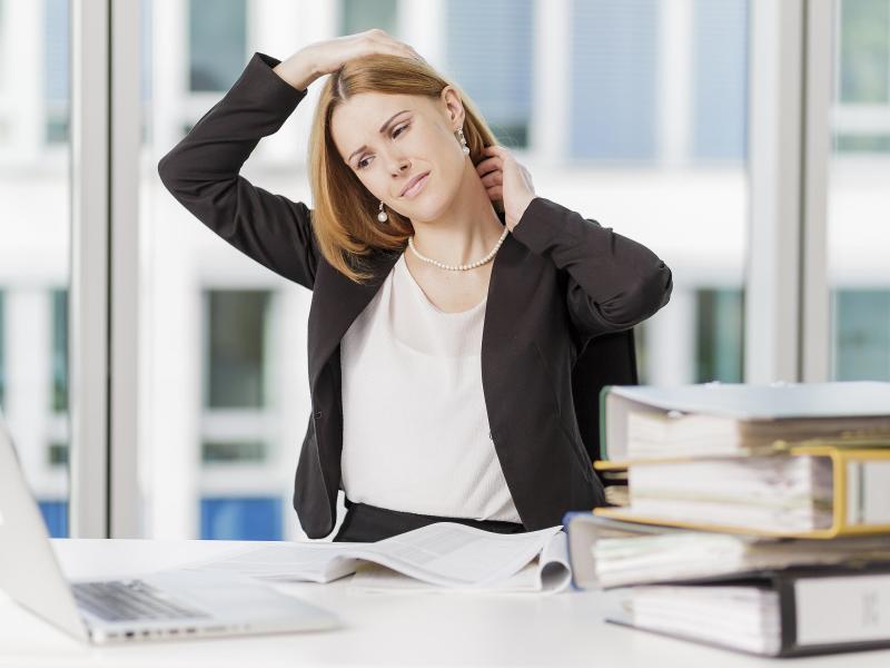 Stundenlanges Arbeiten am Schreibtisch kann zu Verspannungen im Nacken führen - und damit auch zu den unangenehmen Knackgeräuschen beim Drehen des Kopfes. Foto: Monique Wüstenhagen/dpa-tmn