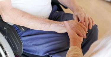 Ängste und Zweifel von Senioren vor der bevorstehenden Corona-Impfung sollten Angehörige ernst nehmen und mit wertschätzenden Worten begleiten. Foto: Mascha Brichta/dpa-tmn