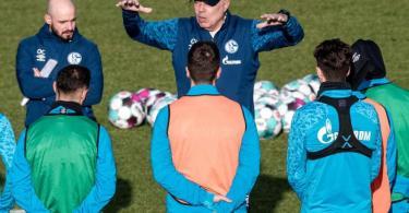 Der FC Schalke 04 erhofft sich vom neuen Trainer Christian Gross (M.) den Aufschwung. Foto: Fabian Strauch/dpa