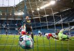 Der Ball in Deutschlands-Topfußball-Ligen rollt weiter vor leeren Rängen. Foto: Christian Charisius/dpa