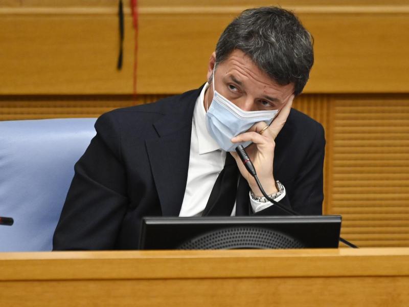 Matteo Renzi, Chef der in Italien mitregierenden Partei Italia Viva, hält eine Pressekonferenz in der Abgeordnetenkammer in Rom ab. Foto: Alberto Pizzoli/POOL AFP/dpa
