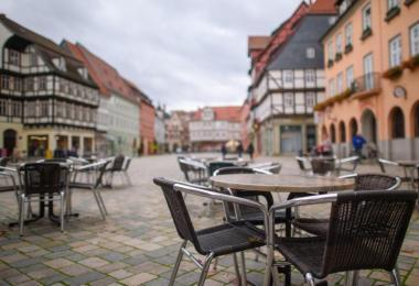 Unbesetzte Tische und Stühle eines geschlossenen Kaffees auf einem Marktplatz. Foto: Klaus-Dietmar Gabbert/dpa-Zentralbild/dpa