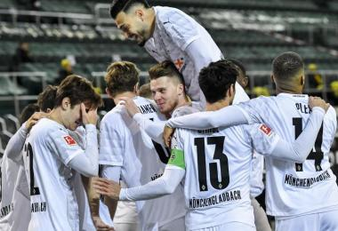 Die Spieler jubeln: Borussia Mönchengladbach hat die Gäste aus Dortmund mit 4:2 besiegt. Foto: Martin Meissner/Pool AP/dpa
