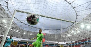 Leverkusens Torwart Lukas Hradecky kann das Wolfsburger Führungstor nicht verhindern. Foto: Ina Fassbender/AFP/Pool/dpa
