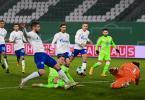 Wolfsburgs Wout Weghorst (M) erzielt gegen Schalkes Torwart Ralf Fährmann (r) das 1:0. Foto: Swen Pförtner/dpa