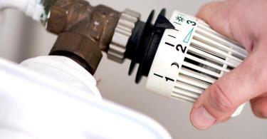 Thermostat an einer Heizung. Das Vergleichsportal Verivox spricht von dem größten Anstieg der Energiepreise seit zehn Jahren. Foto: Hauke-Christian Dittrich/dpa