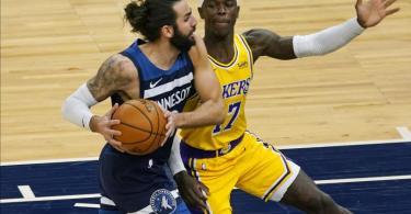 Ricky Rubio (l) von den Minnesota Timberwolves und Dennis Schröder von den Los Angeles Lakers in Aktion. Foto: Jim Mone/AP/dpa