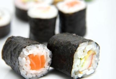 Wer zu Hause Sushi zubereiten möchte, sollte dafür nicht den 'Mìng Chú Sushi-Reis' in der 500-Gramm-Packung der Firma Kreyenhop & Kluge mit dem Mindesthaltbarkeitsdatum 14.10.2022 verwenden. Er könnte Glasstücke enthalten. Foto: picture alliance / Andrea Warnecke/dpa-tmn