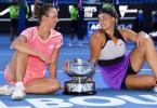 Aryna Sabalenka (r) und Elise Mertens gewannen bei den Australian Open den Doppel-Titel der Damen. Foto: Dean Lewins/AAP/dpa