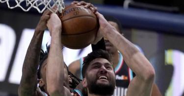 Maxi Kleber (v) verletzte sich beim NBA-Heimsieg der Dallas Mavericks gegen die Memphis Grizzlies am Fuß. Foto: Tony Gutierrez/AP/dpa