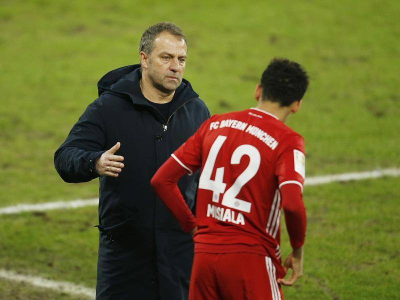 Bayern-Trainer Hansi Flick (l) setzt gegen Lazio Rom auf Jamal Musiala. Foto: Leon Kuegeler/Reuters/Pool/dpa