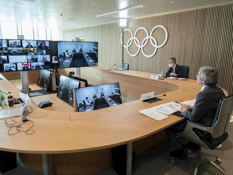 Thomas Bach (r), Präsident des Internationalen Olympischen Komitees (IOC), nimmt an der Sitzung der Exekutive des IOC per Video teil. Foto: Greg Martin/IOC/dpa