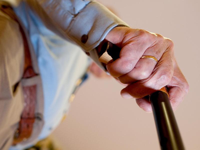 Als Hauptrisikofaktor gilt laut RKI-Studie ein höheres Lebensalter. Foto: Klaus-Dietmar Gabbert/dpa-tmn