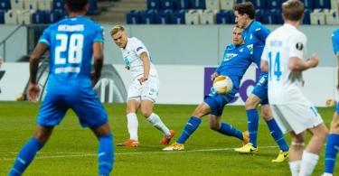 Moldes Eirik Andersen (2.v.l) erzielt das Tor zum 1:0 gegen 1899 Hoffenheim. Foto: Uwe Anspach/dpa Pool/dpa