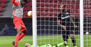 Nach einem Fangfehler von Leverkusens Torwart Niklas Lomb braucht Jordan Siebatcheu (l) nur noch zum 1:0 für Young Boys Bern einzunicken. Foto: Martin Meissner/Pool AP/dpa