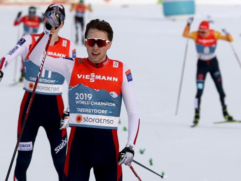 Jarl Magnus Riiber (vorn) aus Norwegen jubelt über seinen Sieg, Eric Frenzel (hinten, r) läuft als Vierter ins Ziel. Foto: Karl-Josef Hildenbrand/dpa