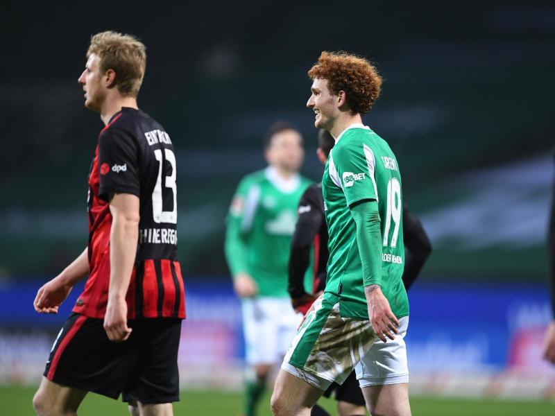 Nach seinem Treffer zeigt Joshua Sargent (M) von Werder Bremen ein breites Grinsen. Foto: Carmen Jaspersen/dpa