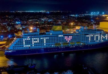 Das Kreuzfahrtschiff Spirit of Adventure fordert im Hafen von Tilbury in London zum Applaus für den verstorbenen Kapitän Sir Tom Moore auf. Foto: The Port Of Tilbury/PA Media/dpa