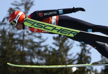 Zeigte im Teamwettbewerb eine starke Leistung im Springen:Eric Frenzel. Foto: Daniel Karmann/dpa