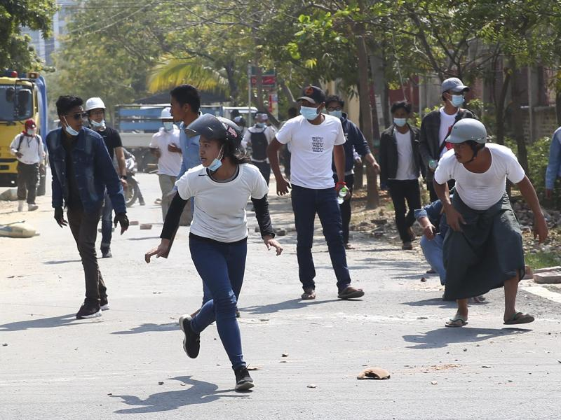 Während der Auflösung einer Protestaktion rennen die Demonstranten davon, um dem von der Polizei eingesetzten Tränengas zu entkommen. Foto: Uncredited/AP/dpa