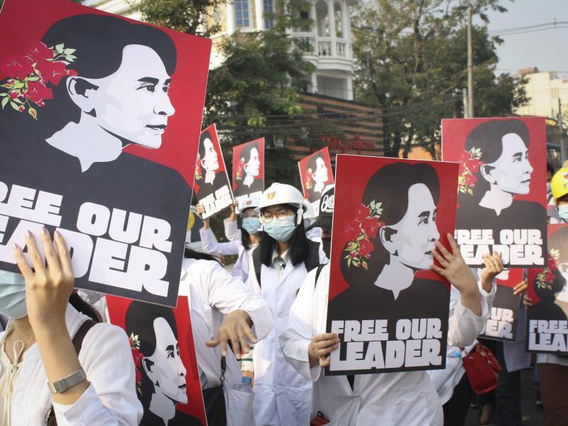 Studenten halten Bilder der abgesetzten myanmarischen Führerin hoch: Aung San Suu Kyis Aufenthaltsort ist derzeit unbekannt - das Militär habe sie an einen unbekannten Ort gebracht, berichten Medien. Foto: -/AP/dpa