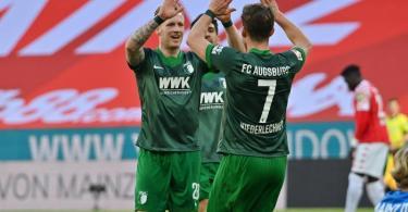 Augsburgs Andre Hahn (l) bejubelt sein Tor mit Mannschaftskamerad Florian Niederlechner. Foto: Torsten Silz/dpa