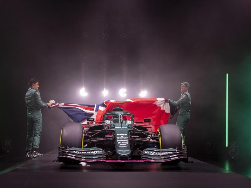Lance Stroll (l) und Sebastian Vettel präsentieren den tiefgrünen AMR21 von Aston Martin. Foto: //Aston Martin Cognizant Formula One Team/dpa