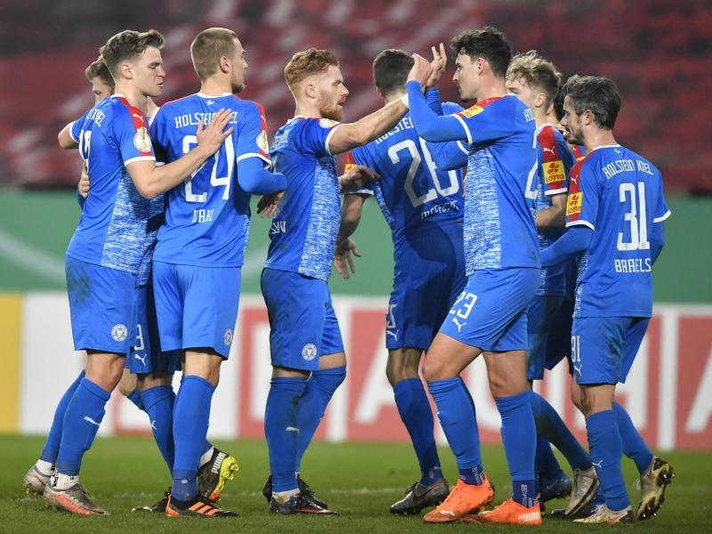 Die Mannschaft von Holstein Kiel bejubelt ein Tor gegen Rot-Weiss Essen. Foto: Martin Meissner/AP POOL/dpa