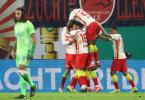 Die Spieler von RB Leipzig feiern das Tor zum 1:0 gegen den VfL Wolfsburg durch Stürmer Yussuf Poulsen (verdeckt). Foto: Jan Woitas/dpa-Zentralbild/dpa